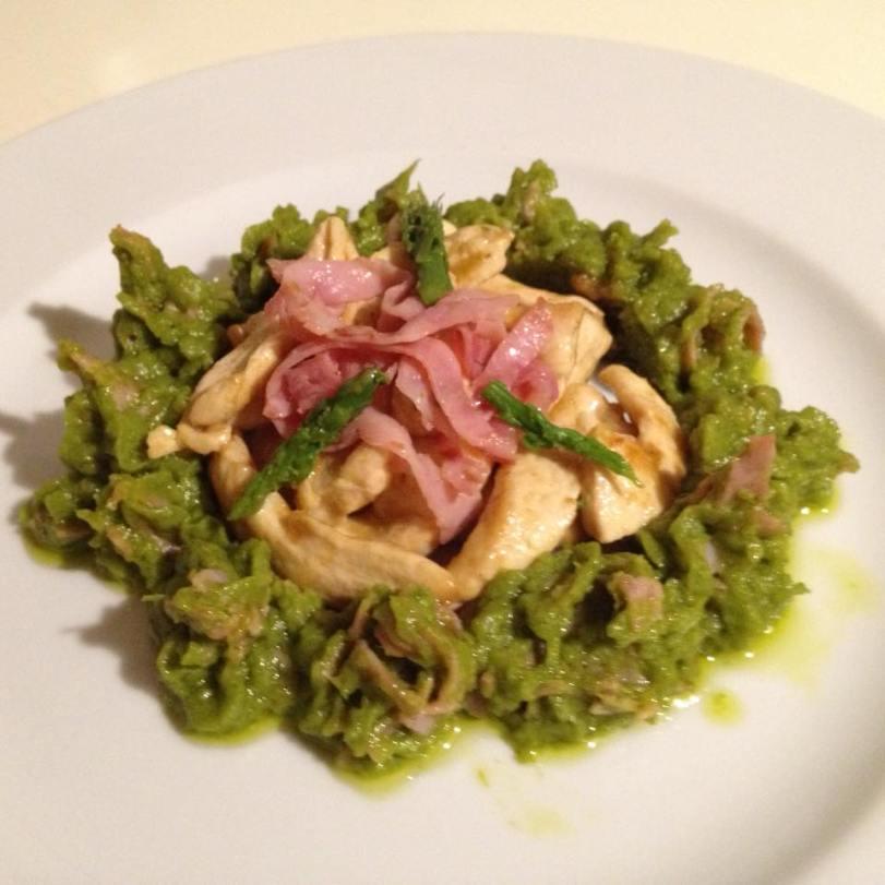 Maltagliati di pollo con crema di asparagi e Praga croccante